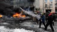 Demonstranten schießen am Donnerstag mit Feuerwerks-Raketen