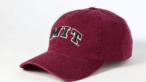 Baseballkappe des MIT - Fotoillustration zum Massachusetts Institute of Technology. Die private Technische Hochschule in Cambridge, Massachusetts, USA, gilt als weltweit führend im Bereich von technologischer Forschung und Lehre.