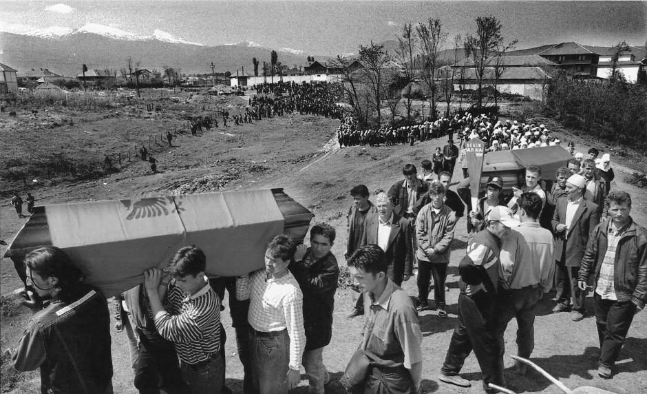 Frühjahr 1998: Das kosovarische Dorf Hreq, nur ein Steinwurf von der Grenze zwischen dem Kosovo und Albanien entfernt, trauert um neun Kosovo-Albaner, die dem Krieg zum Opfer gefallen sind.