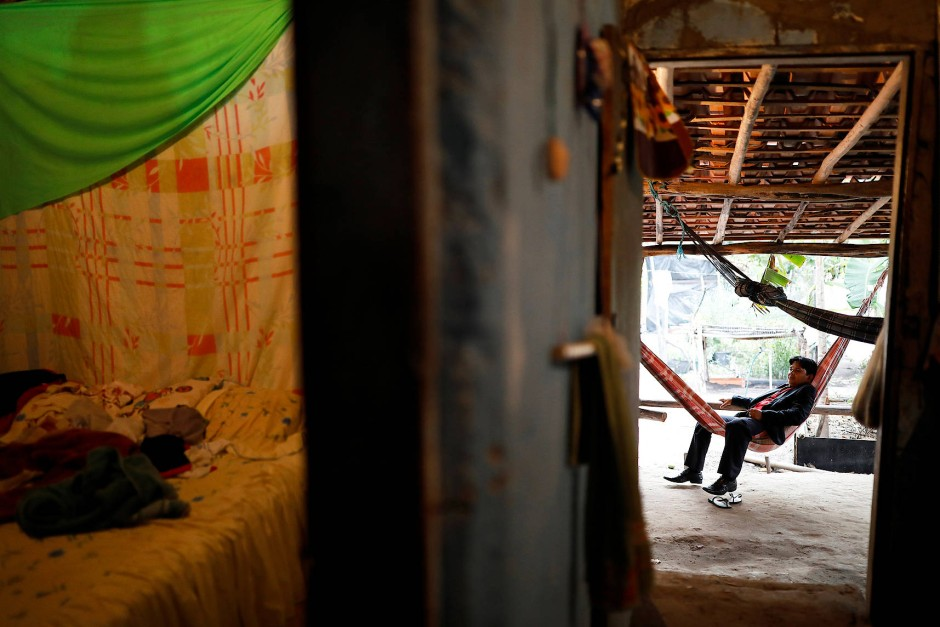 Pastor Crenilton Ferreira ruht sich auf einer Liegematte in seinem Haus in Palmeira Dos Reis aus.