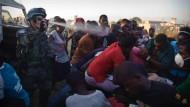 In Port-au-Prince setzten Polizeikräfte Warnschüsse und Tränengas ein, um den Ansturm in Schach zu halten