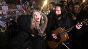 Madonna singt auf den Straßen von Paris