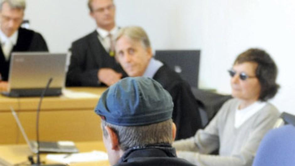 Wiedersehen vor Gericht: Christian Klar als Zeuge - im Hintergrund die Angeklagte Verena Becker