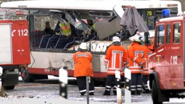 Drei Tote bei Busunfall