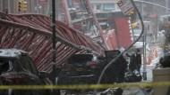 Baukran mitten in Manhattan umgestürzt