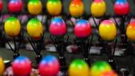 Hier werden 30.000 Eier pro Stunde gefärbt