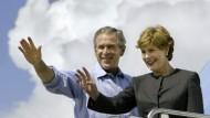 Wolken ziehen auf : George W. Bush mit Frau Laura