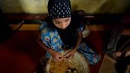 Indische Frauen rollen 1000 Zigaretten am Tag