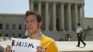 """Ein Student protestiert vor dem Supreme Court in Washington gegen """"affirmative action""""."""