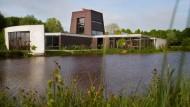 Das Kunsthaus gleicht einer Festung. Der See ersetzt den Wassergraben.