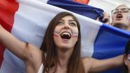Französische Fans feiern ihre Mannschaft
