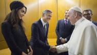 Papst ehrt George Clooney, Salma Hayek und Richard Gere