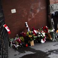 Vor einer Kaserne in Kanada werden Blumen zum Gedenken an den getöteten Soldaten niedergelegt.
