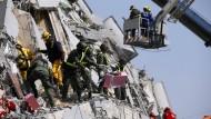 Dutzende Vermisste nach schwerem Erdbeben