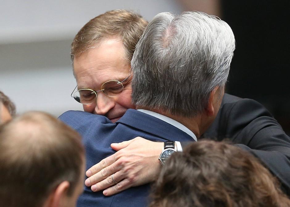Vorgänger gratuliert Nachfolger: Klaus Wowereit beglückwünscht Michael Müller nach dessen Wahl  zu Berlins Regierendem Bürgermeister