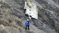 Im Trümmerfeld: ein Rettungsarbeiter in den französischen Alpen