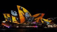 Sydney erstrahlt in bunten Lichtern