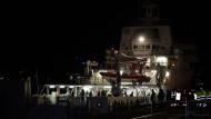 Besatzungsmitglieder von Flüchtlingsschiff festgenommen
