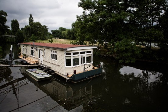 bildergalerie hausboot schwimmendes design bild 9 von 9 faz. Black Bedroom Furniture Sets. Home Design Ideas