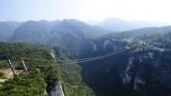 China baut riesige Glasbodenbrücke