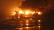 Zug mit Rohöl entgleist und explodiert