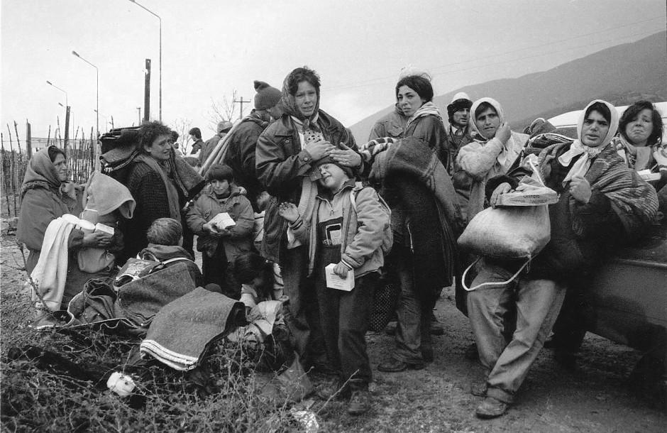 April 1999: Von totaler Erschöpfung gezeichnet - aus dem Kosovo geflüchtete Frauen und Kinder im albanischen Kukes.