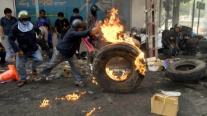 Blutbad in Bangkok - Militär errichtet Sperrzone