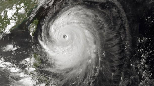Monströser Taifun tost über Japan