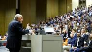 Demonstranten stören Vortrag von Blatter