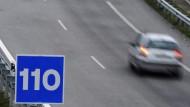 Das ist nicht die Notfallnummer, sondern die neue zulässige Höchstgeschwindigkeit auf Spaniens Autobahnen