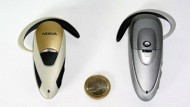 Damit das Handy in der Tasche bleibt: Headsets von Plantronic und Nokia (links).