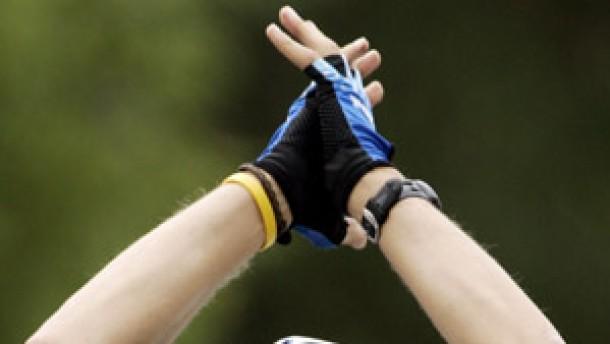 Boonen gewinnt, Armstrong trotz Sturz ungefährdet