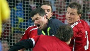 Schiedsrichter Fandel von Fan attackiert