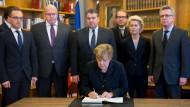 Merkel trägt sich in Kondolenzbuch ein