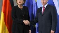 Kanzlerin Merkel und Russlands Ministerpräsident Putin nach ihrem Treffen in Berlin: Herzlichkeit sieht anders aus