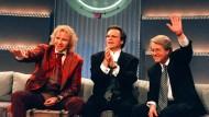 Hüter des Lagerfeuers: Zur hundertsten Sendung teilten sich die Moderatoren Thomas Gottschalk, Wolfgang Lippert und Frank Elstner 1996 die Prominenten-Couch.