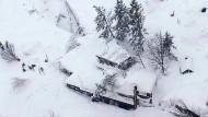 Schneelawine begräbt Hotel unter sich