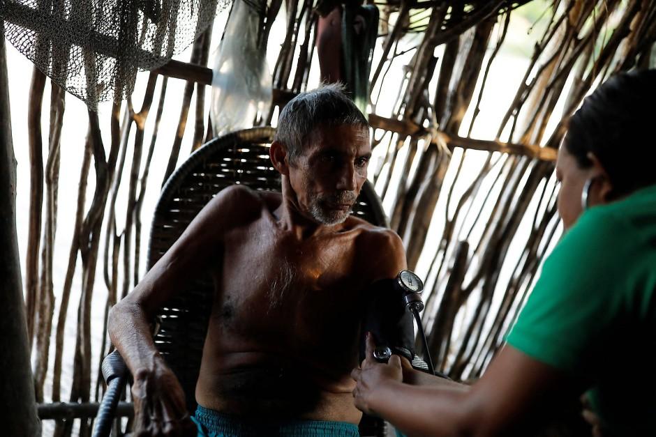 Raimundo Ferreira lässt in Morro Do Veridiano seinen Blutdruck messen. Der 74-Jährige hat Sympathien für den linken Präsidentschaftskandidaten der Arbeiterpartei, Fernando Haddad.