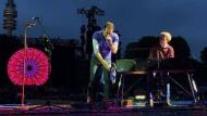 Coldplay-Sänger Chris Martin begleitet von Ferdinand Schwartz