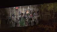 Hunderte afrikanische Flüchtlinge dringen in spanische Exklave ein