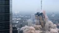 Abwärts: Innerhalb weniger Sekunden stürzte der AfE-Turm zusammen