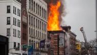 Explosion schleudert Hauswand auf die Straße