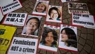 Frauen, die sich für öffentliche Toiletten einsetzten, wieder frei