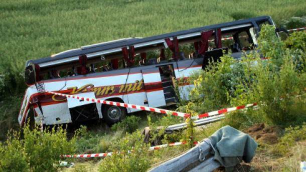 Eine Tote und 13 Schwerverletzte nach Busunfall