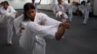 Frauen werden zu Karate-Cops