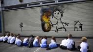 Banksy überrascht Schüler mit Graffiti