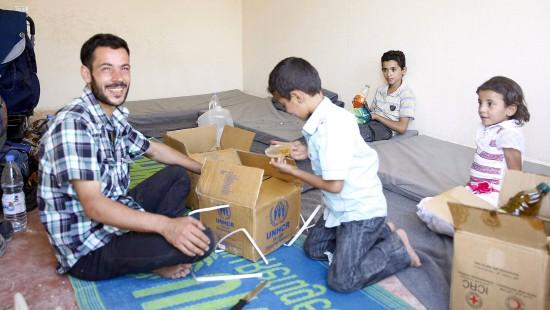 Flüchtlingskinder essen zum ersten Mal Süßigkeiten