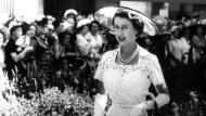 Queen Elizabeth II. in einem weißen Sommerkleid von Amies