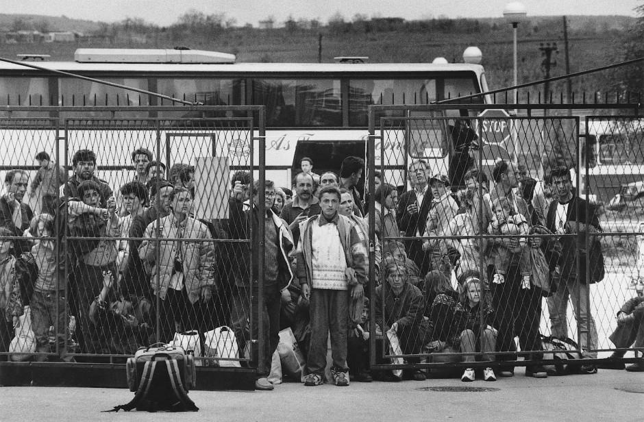 Mazedonien im April 1999: Kosovo-Albaner warten in Skopje auf einen Sonderflug nach Hamburg. Sie waren zuvor aus Prishtina geflohen.