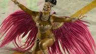 Sambatänzerinnen in Rio trotzen Sturm und Regen